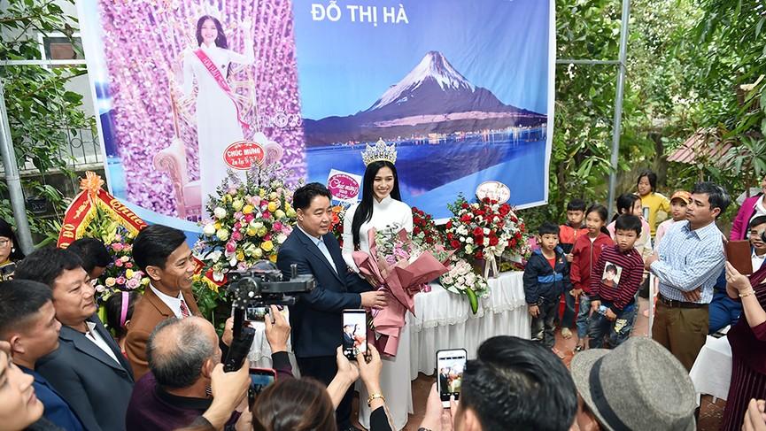 Người dân xóm làng tới nhà chia vui với gia đình Hoa hậu Đỗ Thị Hà  - ảnh 8
