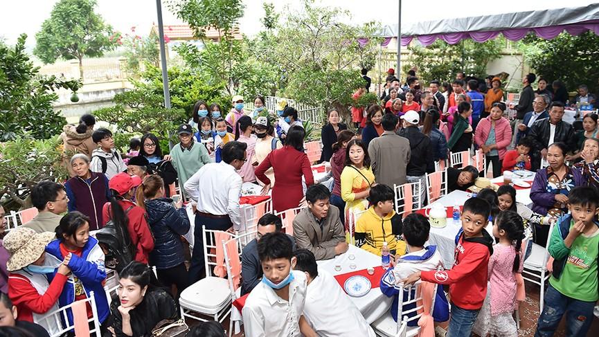 Người dân xóm làng tới nhà chia vui với gia đình Hoa hậu Đỗ Thị Hà  - ảnh 7