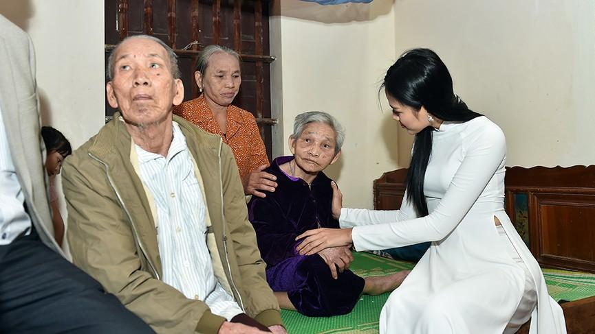 Người dân xóm làng tới nhà chia vui với gia đình Hoa hậu Đỗ Thị Hà  - ảnh 10