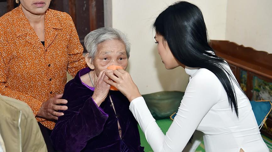 Người dân xóm làng tới nhà chia vui với gia đình Hoa hậu Đỗ Thị Hà  - ảnh 11