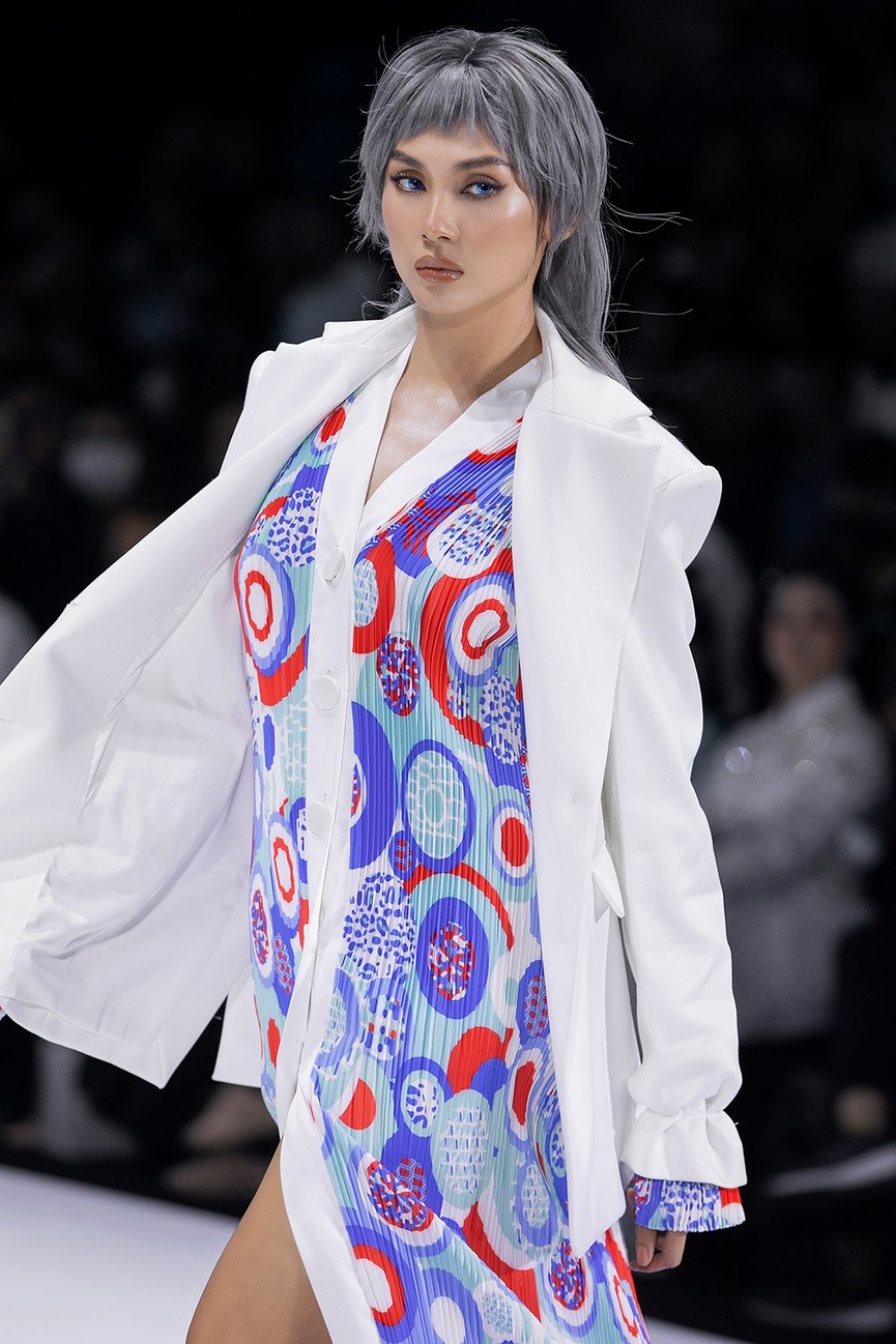 Hoa hậu Đỗ Thị Hà lần đầu diễn catwalk, thần thái sắc lạnh bên đàn chị Thanh Hằng-Tiểu Vy - ảnh 10