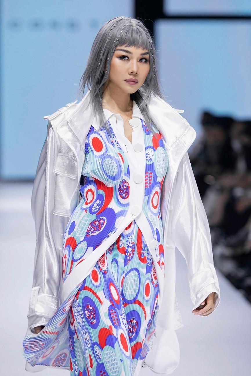 Hoa hậu Đỗ Thị Hà lần đầu diễn catwalk, thần thái sắc lạnh bên đàn chị Thanh Hằng-Tiểu Vy - ảnh 11