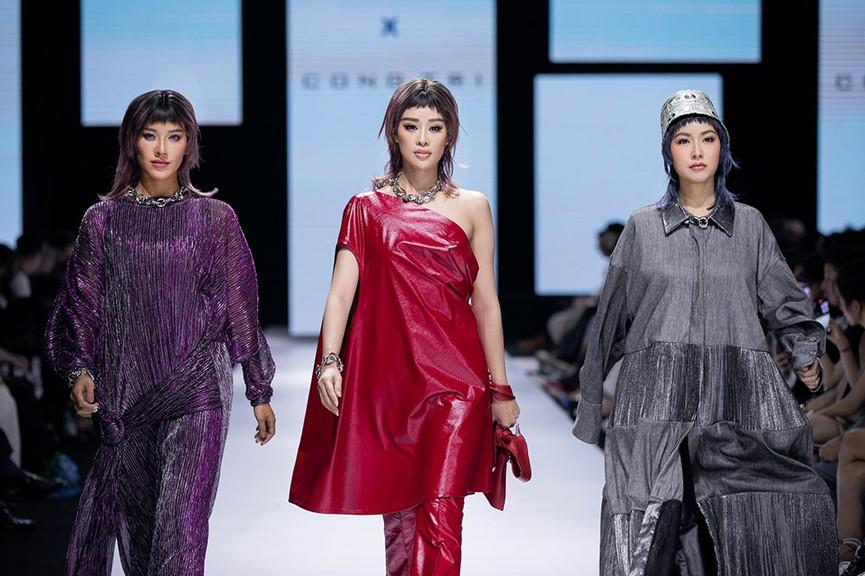 Hoa hậu Đỗ Thị Hà lần đầu diễn catwalk, thần thái sắc lạnh bên đàn chị Thanh Hằng-Tiểu Vy - ảnh 3