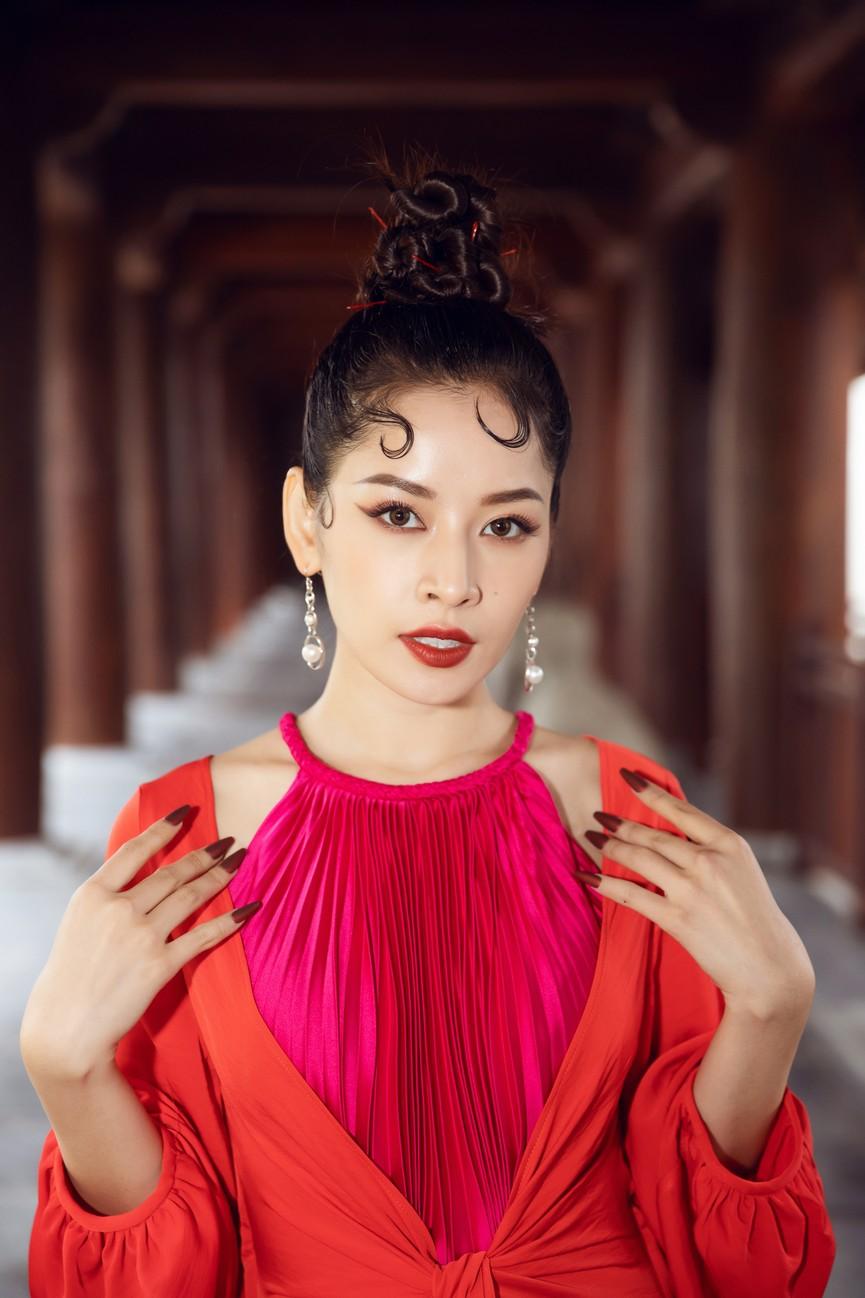 Tiểu Vy, Đỗ Mỹ Linh cùng dàn hậu mặc váy yếm quyến rũ giữa tiết trời lạnh giá - ảnh 13