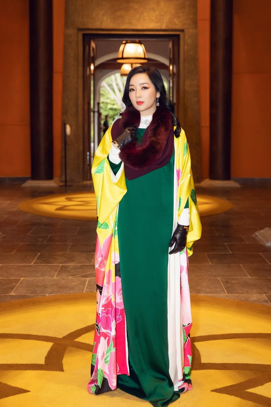 Tiểu Vy, Đỗ Mỹ Linh cùng dàn hậu mặc váy yếm quyến rũ giữa tiết trời lạnh giá - ảnh 16