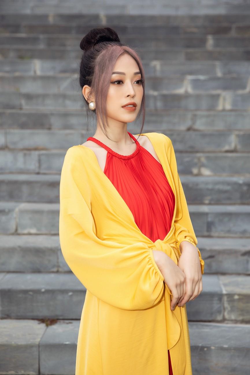 Tiểu Vy, Đỗ Mỹ Linh cùng dàn hậu mặc váy yếm quyến rũ giữa tiết trời lạnh giá - ảnh 5