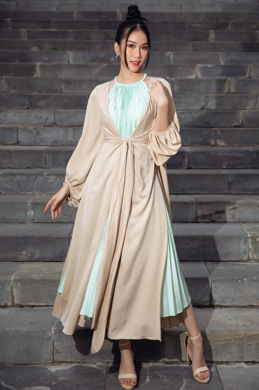 Tiểu Vy, Đỗ Mỹ Linh cùng dàn hậu mặc váy yếm quyến rũ giữa tiết trời lạnh giá - ảnh 8