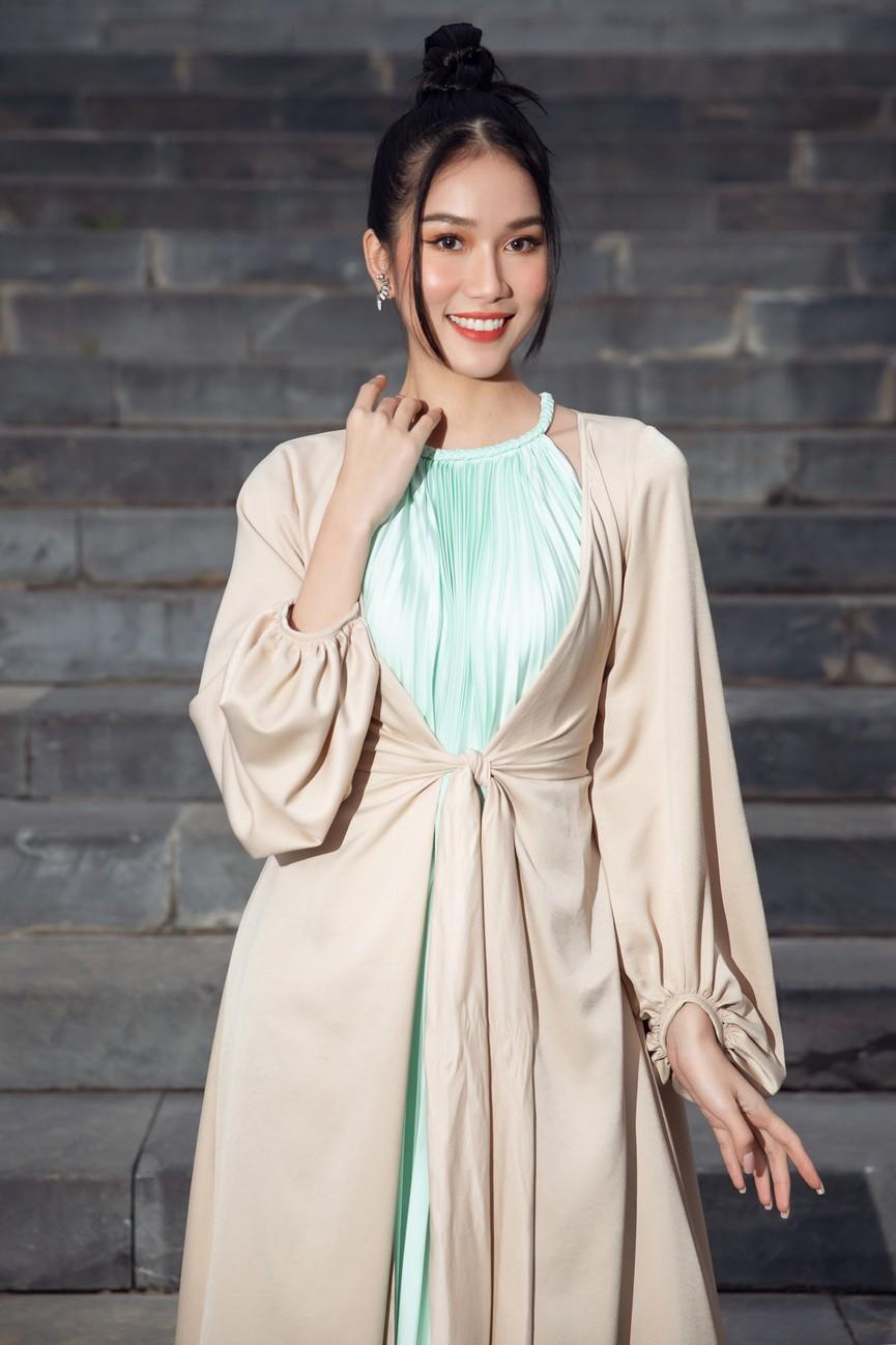 Tiểu Vy, Đỗ Mỹ Linh cùng dàn hậu mặc váy yếm quyến rũ giữa tiết trời lạnh giá - ảnh 7