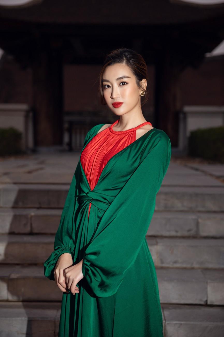 Tiểu Vy, Đỗ Mỹ Linh cùng dàn hậu mặc váy yếm quyến rũ giữa tiết trời lạnh giá - ảnh 3