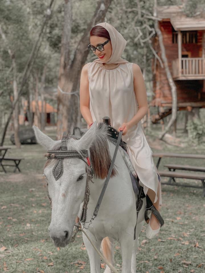 Kiều Loan diện váy cắt xẻ khoe chân dài nóng bỏng, Đỗ Mỹ Linh yêu kiều với sắc trắng - ảnh 7