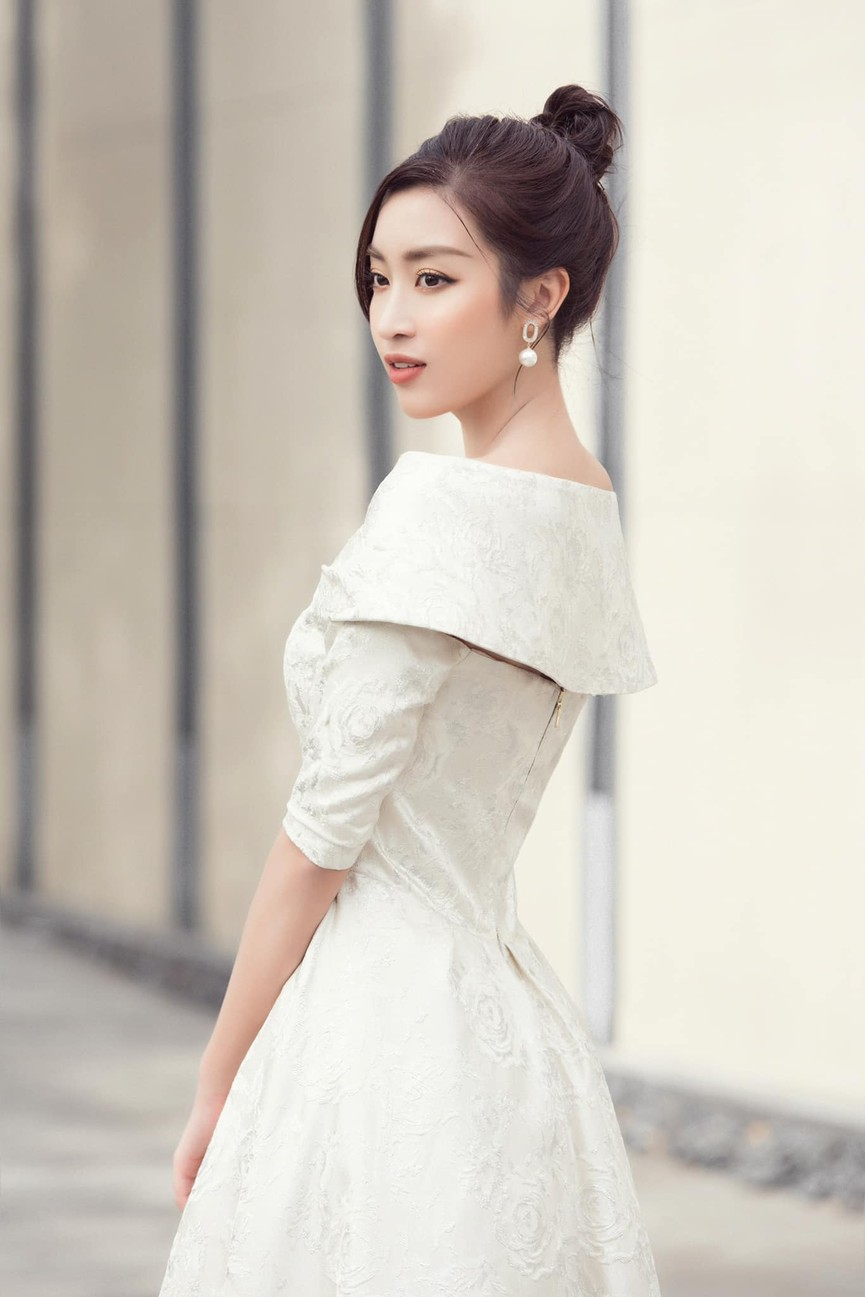 Kiều Loan diện váy cắt xẻ khoe chân dài nóng bỏng, Đỗ Mỹ Linh yêu kiều với sắc trắng - ảnh 5
