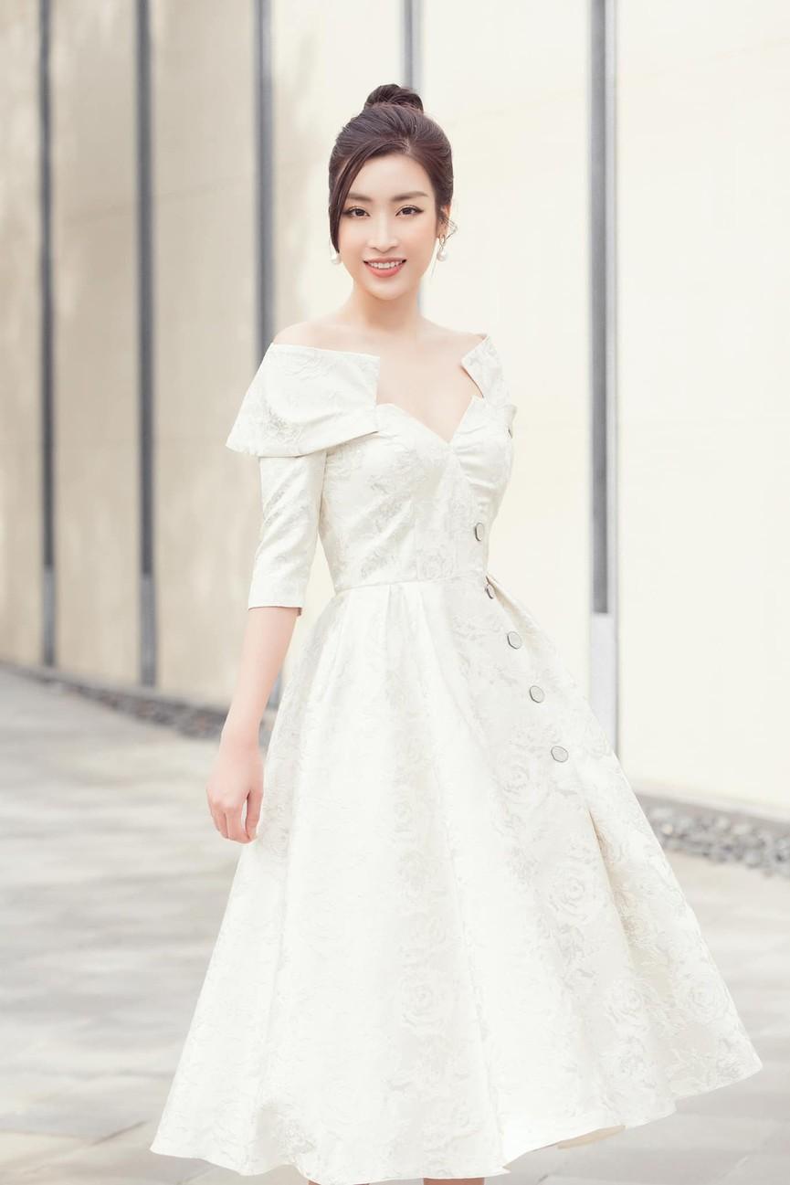 Kiều Loan diện váy cắt xẻ khoe chân dài nóng bỏng, Đỗ Mỹ Linh yêu kiều với sắc trắng - ảnh 4