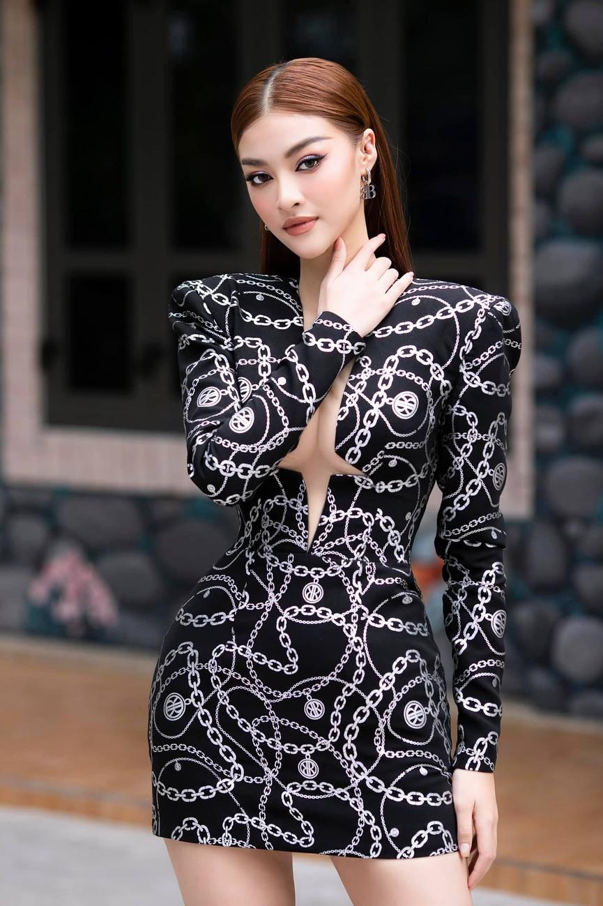 Kiều Loan diện váy cắt xẻ khoe chân dài nóng bỏng, Đỗ Mỹ Linh yêu kiều với sắc trắng - ảnh 2