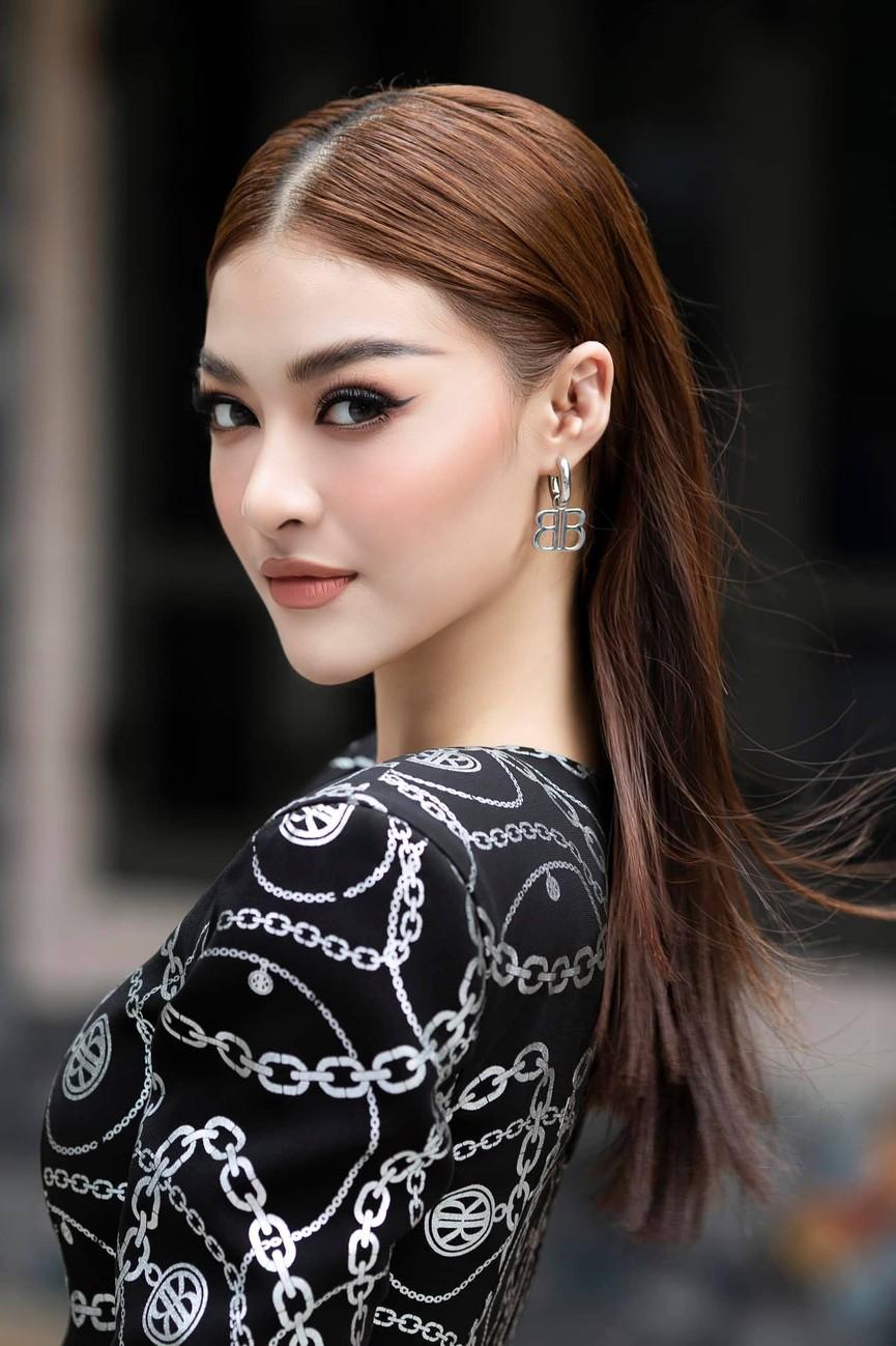 Kiều Loan diện váy cắt xẻ khoe chân dài nóng bỏng, Đỗ Mỹ Linh yêu kiều với sắc trắng - ảnh 3