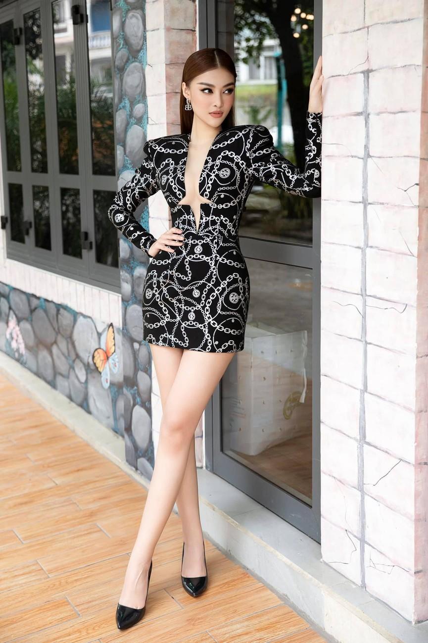Kiều Loan diện váy cắt xẻ khoe chân dài nóng bỏng, Đỗ Mỹ Linh yêu kiều với sắc trắng - ảnh 1