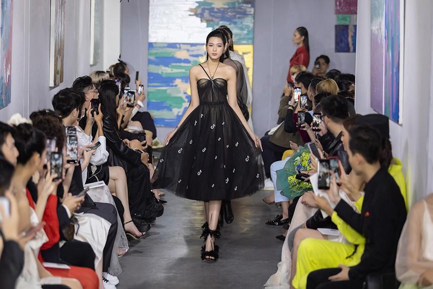 Hoa hậu Đỗ Thị Hà và hai Á hậu đọ thần thái kiêu sa 'một chín một mười' trên sàn catwalk - ảnh 4
