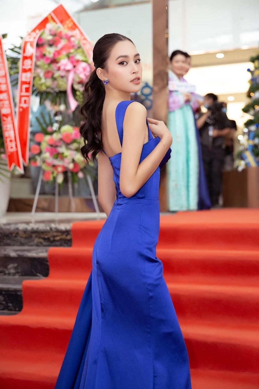 Tiểu Vy, Lương Thuỳ Linh diện váy cắt xẻ táo bạo khoe đường cong đẹp mắt - ảnh 5
