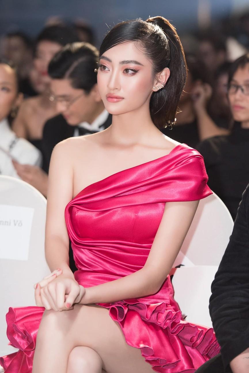 Tiểu Vy, Lương Thuỳ Linh diện váy cắt xẻ táo bạo khoe đường cong đẹp mắt - ảnh 3