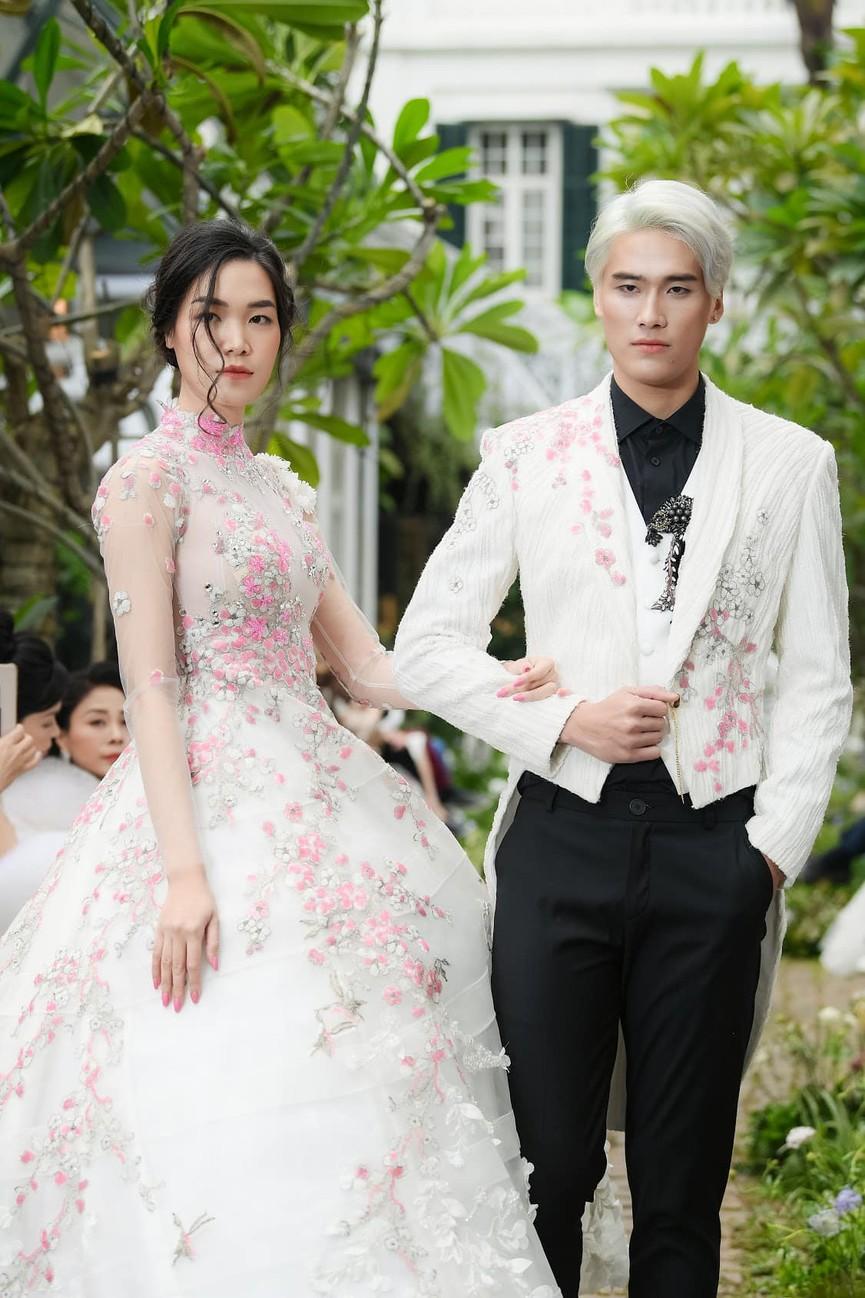 Tiểu Vy, Lương Thuỳ Linh diện váy cắt xẻ táo bạo khoe đường cong đẹp mắt - ảnh 8