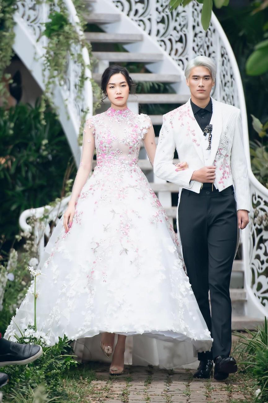 Tiểu Vy, Lương Thuỳ Linh diện váy cắt xẻ táo bạo khoe đường cong đẹp mắt - ảnh 9