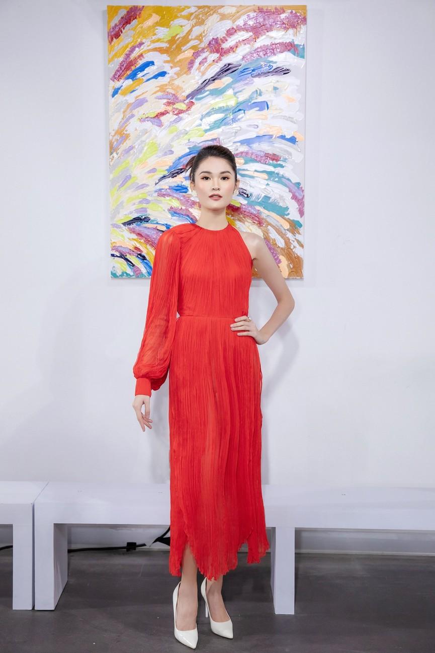 Tiểu Vy, Lương Thuỳ Linh diện váy cắt xẻ táo bạo khoe đường cong đẹp mắt - ảnh 7