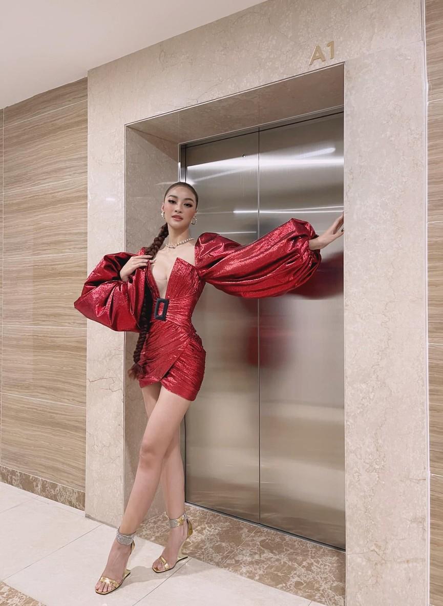Tiểu Vy, Lương Thuỳ Linh diện váy cắt xẻ táo bạo khoe đường cong đẹp mắt - ảnh 6