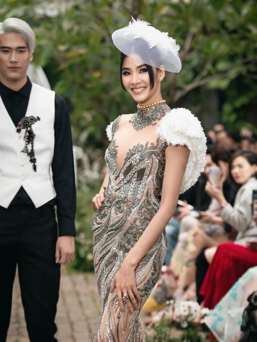 Tiểu Vy, Lương Thuỳ Linh diện váy cắt xẻ táo bạo khoe đường cong đẹp mắt - ảnh 10