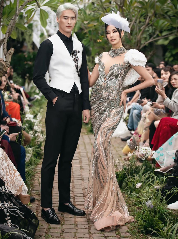 Tiểu Vy, Lương Thuỳ Linh diện váy cắt xẻ táo bạo khoe đường cong đẹp mắt - ảnh 11