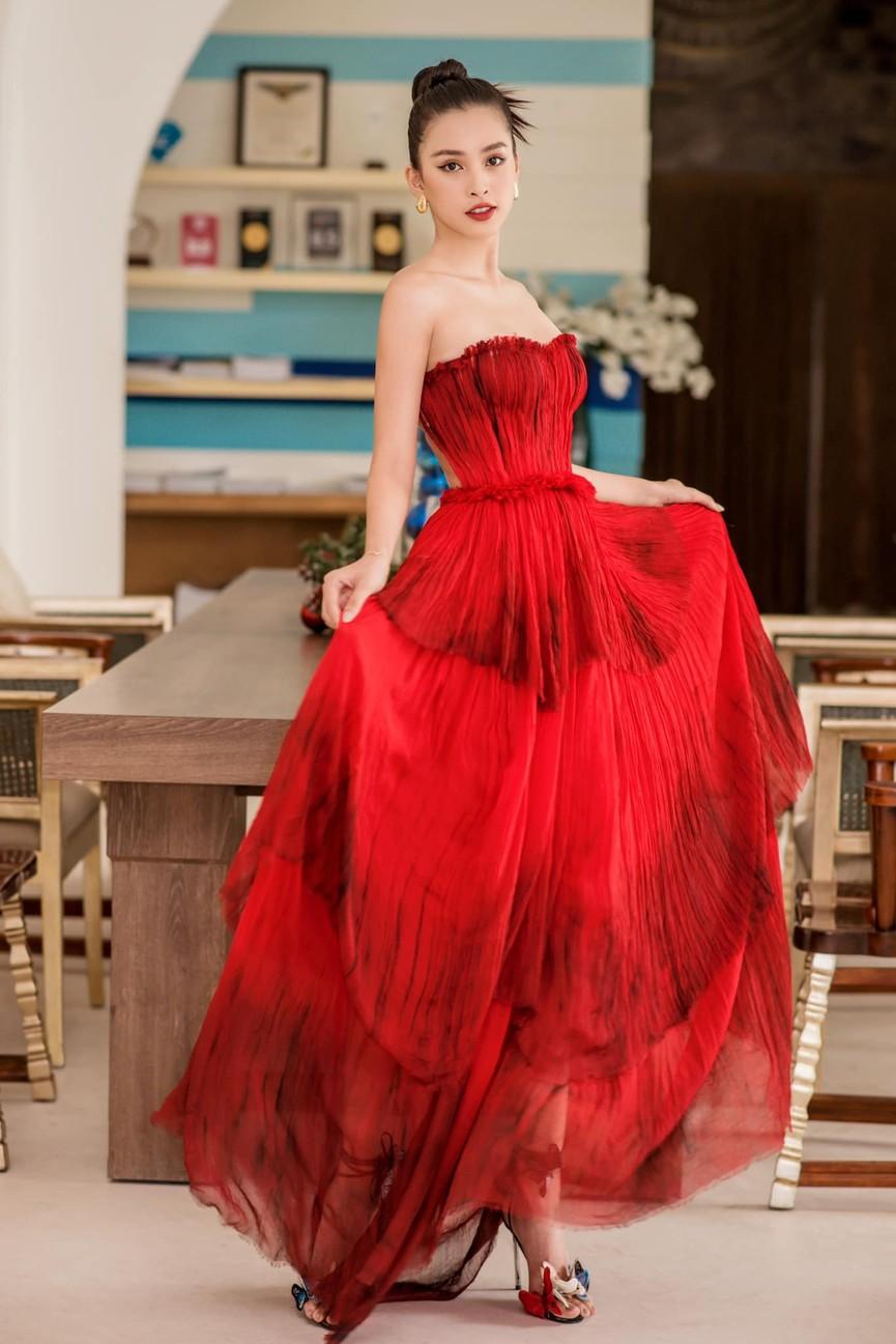 Tiểu Vy, Hà Kiều Anh và dàn hậu diện váy đỏ rực khoe dáng nóng bỏng đêm Giáng Sinh - ảnh 1