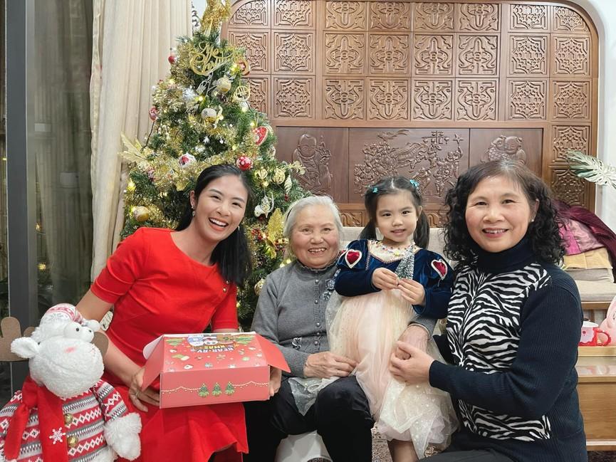 Tiểu Vy, Hà Kiều Anh và dàn hậu diện váy đỏ rực khoe dáng nóng bỏng đêm Giáng Sinh - ảnh 16