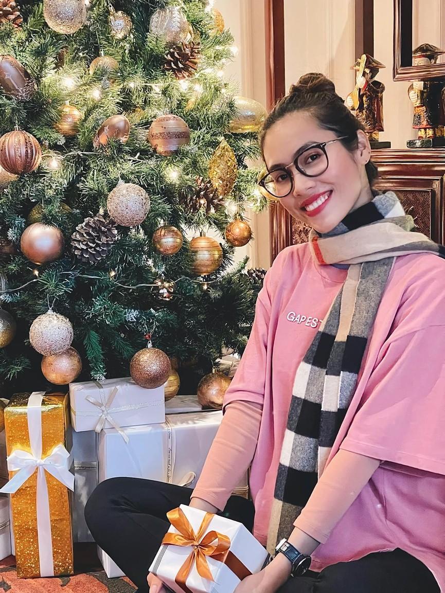 Tiểu Vy, Hà Kiều Anh và dàn hậu diện váy đỏ rực khoe dáng nóng bỏng đêm Giáng Sinh - ảnh 12