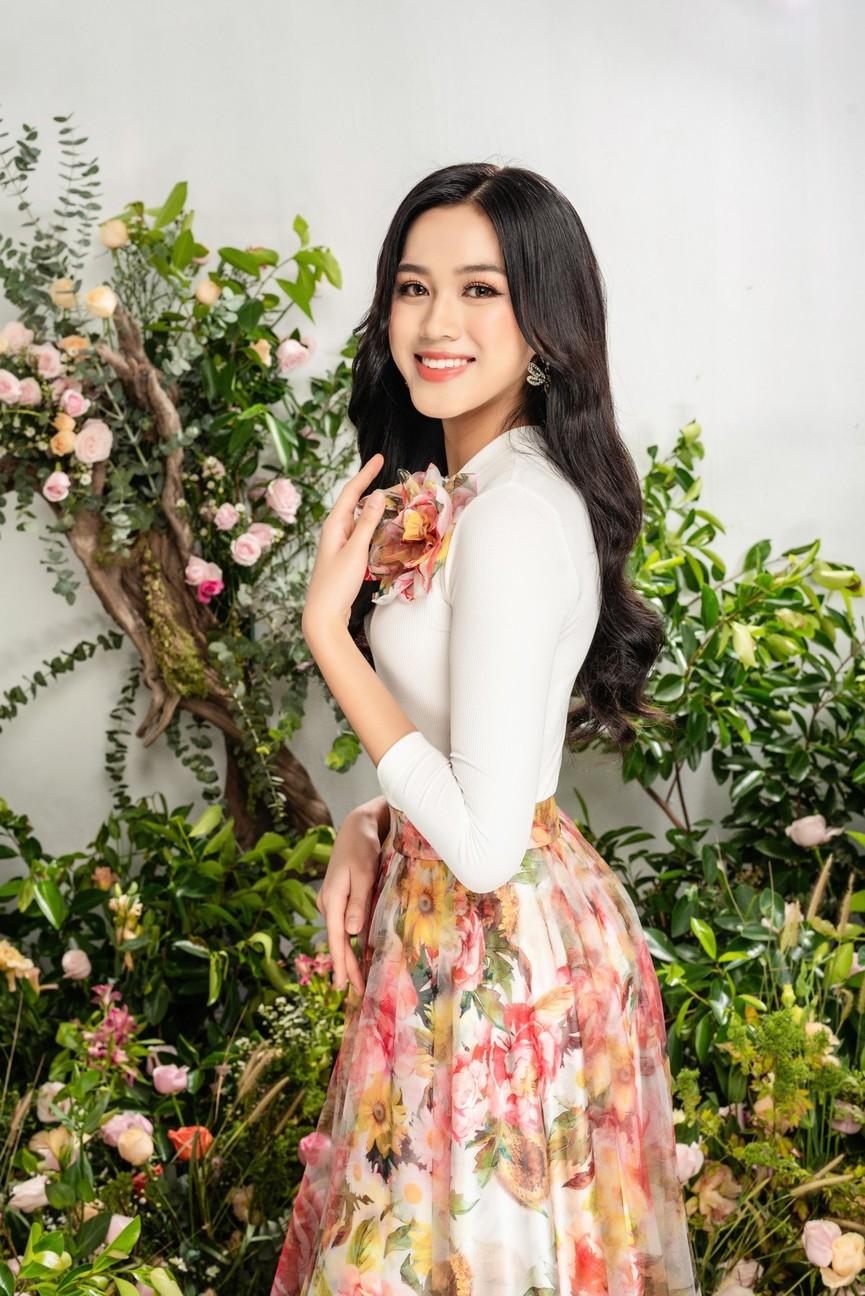 Hoa hậu Đỗ Thị Hà xinh đẹp quyến rũ, khoe đôi chân dài thẳng tắp - ảnh 9