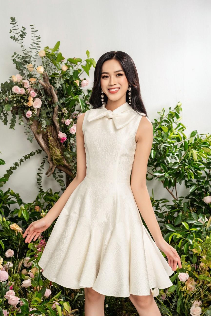 Hoa hậu Đỗ Thị Hà xinh đẹp quyến rũ, khoe đôi chân dài thẳng tắp - ảnh 1