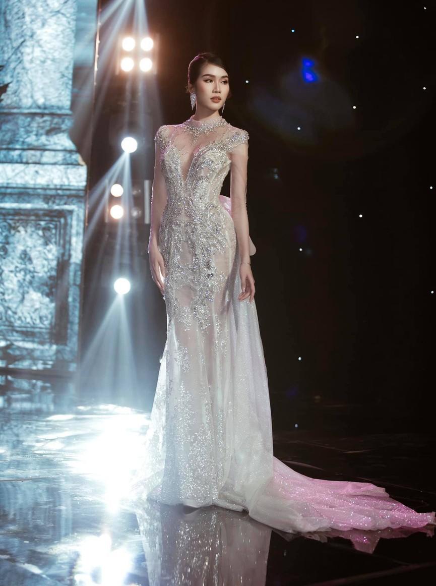 Á hậu Phương Anh, Ngọc Thảo diện váy đuôi cá lộng lẫy trong chương trình đón năm mới 2021 - ảnh 2