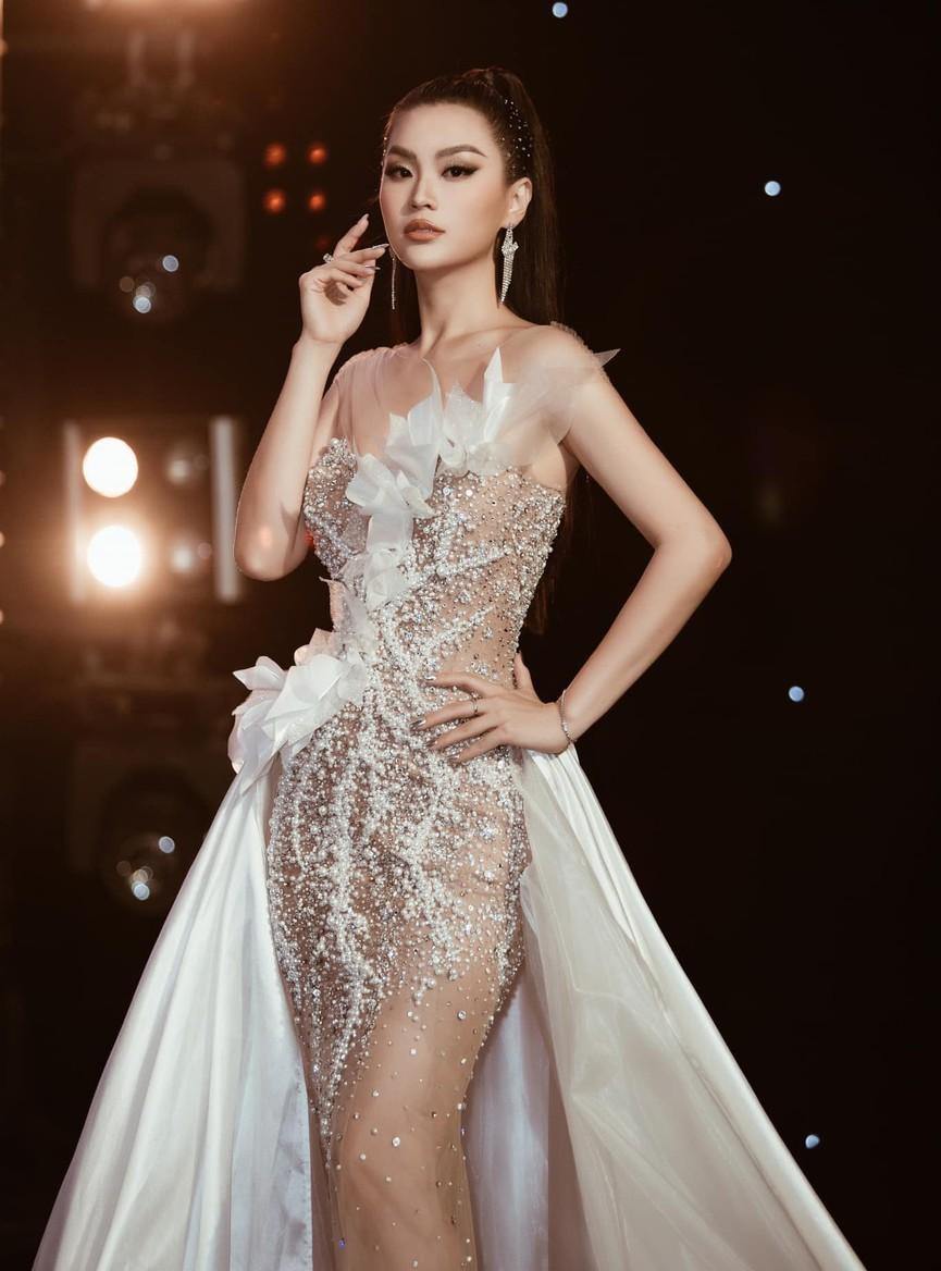 Á hậu Phương Anh, Ngọc Thảo diện váy đuôi cá lộng lẫy trong chương trình đón năm mới 2021 - ảnh 5
