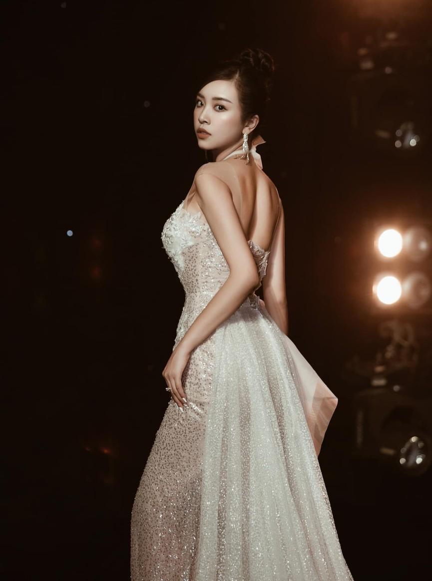 Á hậu Phương Anh, Ngọc Thảo diện váy đuôi cá lộng lẫy trong chương trình đón năm mới 2021 - ảnh 7