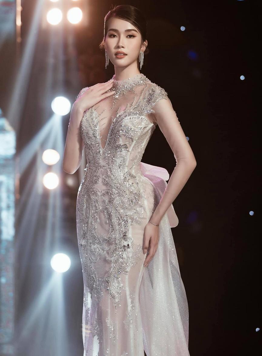 Á hậu Phương Anh, Ngọc Thảo diện váy đuôi cá lộng lẫy trong chương trình đón năm mới 2021 - ảnh 1