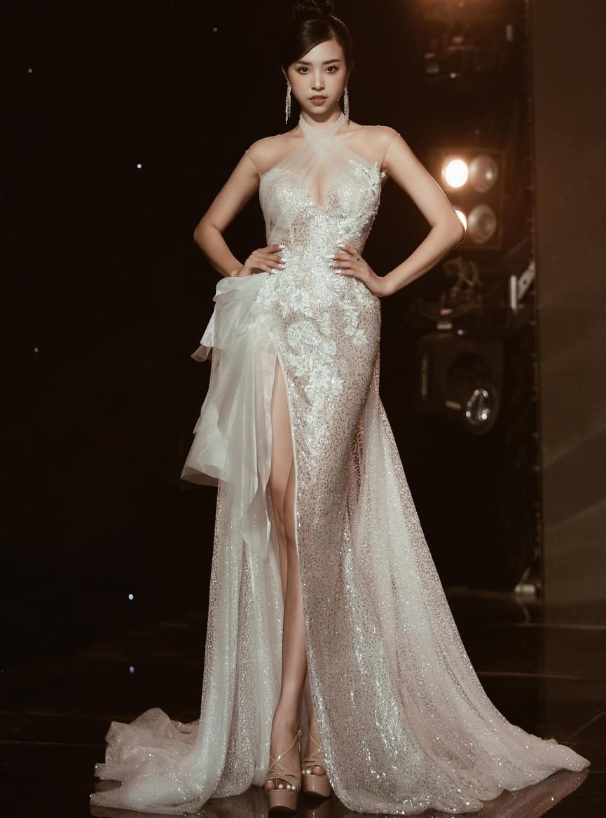 Á hậu Phương Anh, Ngọc Thảo diện váy đuôi cá lộng lẫy trong chương trình đón năm mới 2021 - ảnh 8