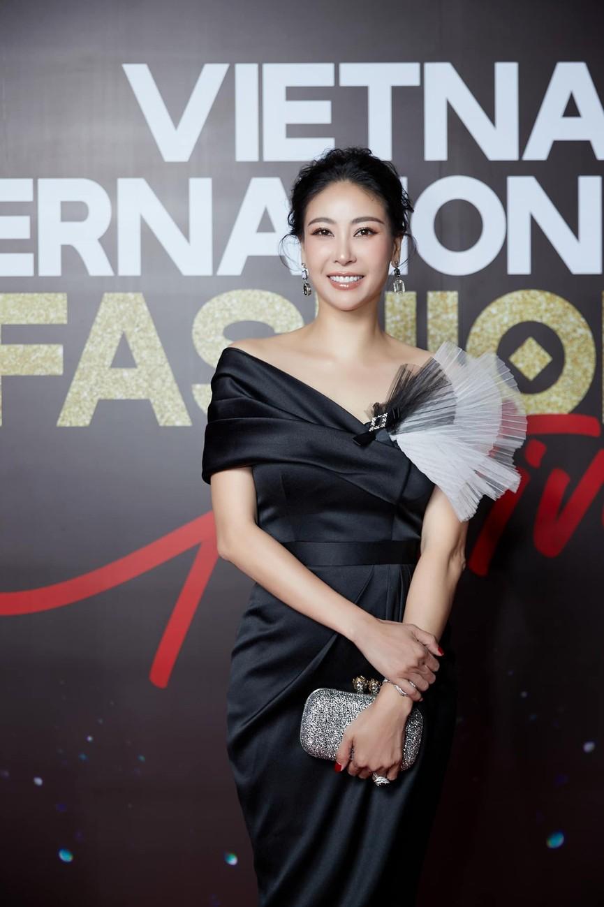 Á hậu Phương Anh, Ngọc Thảo diện váy đuôi cá lộng lẫy trong chương trình đón năm mới 2021 - ảnh 17