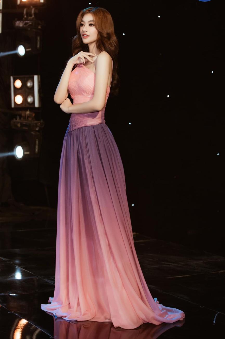 Á hậu Phương Anh, Ngọc Thảo diện váy đuôi cá lộng lẫy trong chương trình đón năm mới 2021 - ảnh 10