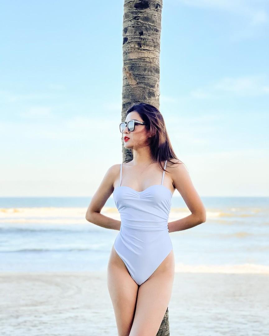 Huyền My, Diễm Hương khoe dáng 'bỏng mắt' với áo tắm ngày đầu năm mới 2021  - ảnh 3