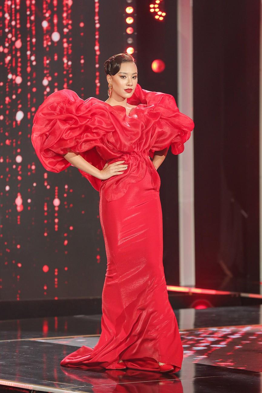 Á hậu Thuỳ Dung diện váy đỏ rực như đoá hồng kiều diễm dẫn chương trình chào năm mới - ảnh 6