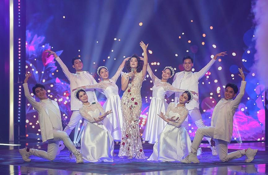 Á hậu Thuỳ Dung diện váy đỏ rực như đoá hồng kiều diễm dẫn chương trình chào năm mới - ảnh 9