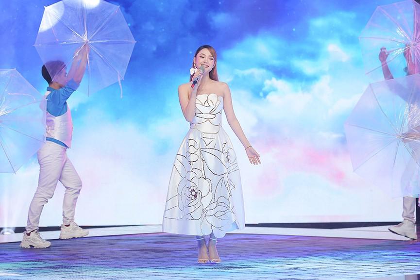 Á hậu Thuỳ Dung diện váy đỏ rực như đoá hồng kiều diễm dẫn chương trình chào năm mới - ảnh 8