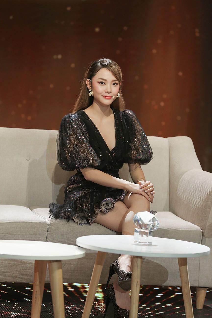 Á hậu Thuỳ Dung diện váy đỏ rực như đoá hồng kiều diễm dẫn chương trình chào năm mới - ảnh 7