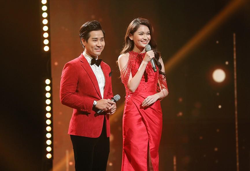 Á hậu Thuỳ Dung diện váy đỏ rực như đoá hồng kiều diễm dẫn chương trình chào năm mới - ảnh 3