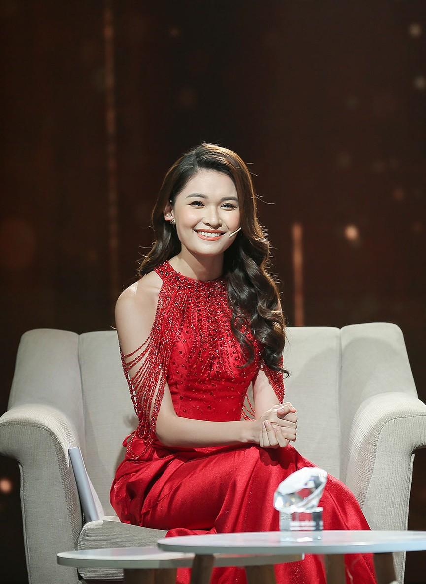 Á hậu Thuỳ Dung diện váy đỏ rực như đoá hồng kiều diễm dẫn chương trình chào năm mới - ảnh 4