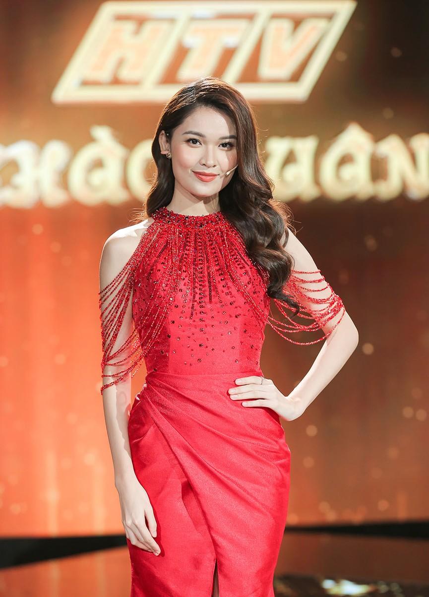 Á hậu Thuỳ Dung diện váy đỏ rực như đoá hồng kiều diễm dẫn chương trình chào năm mới - ảnh 2