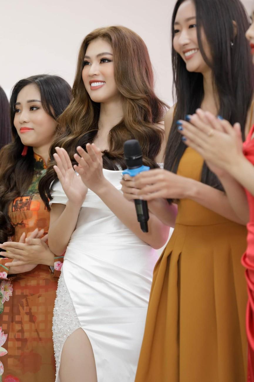 Á hậu Ngọc Thảo diện váy xẻ khoe đôi chân dài 1m11  - ảnh 6