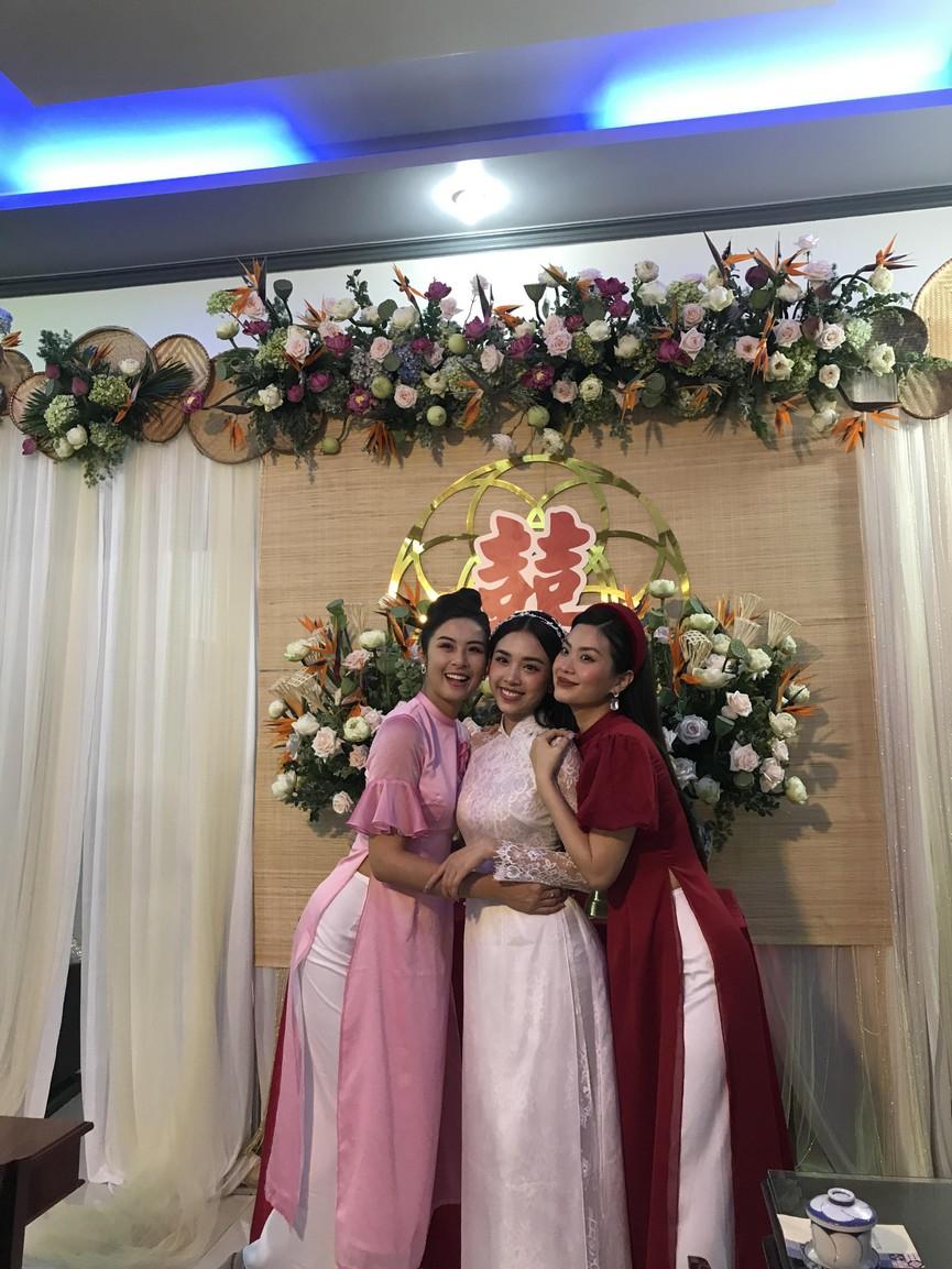 Tiểu Vy, Đỗ Mỹ Linh cùng dàn hậu diện áo bà ba làm phù dâu cho đám cưới Á hậu Thuý An - ảnh 2